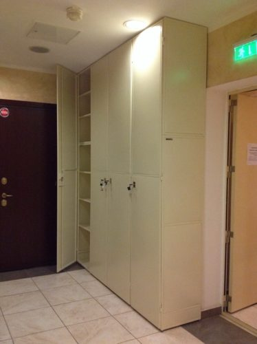 шкаф под лестницей, шкафы под лестницей фото, шкафы под лестницей в доме, шкаф под лестницей в частном, шкаф купе под лестницей, встроенный шкаф под лестницей