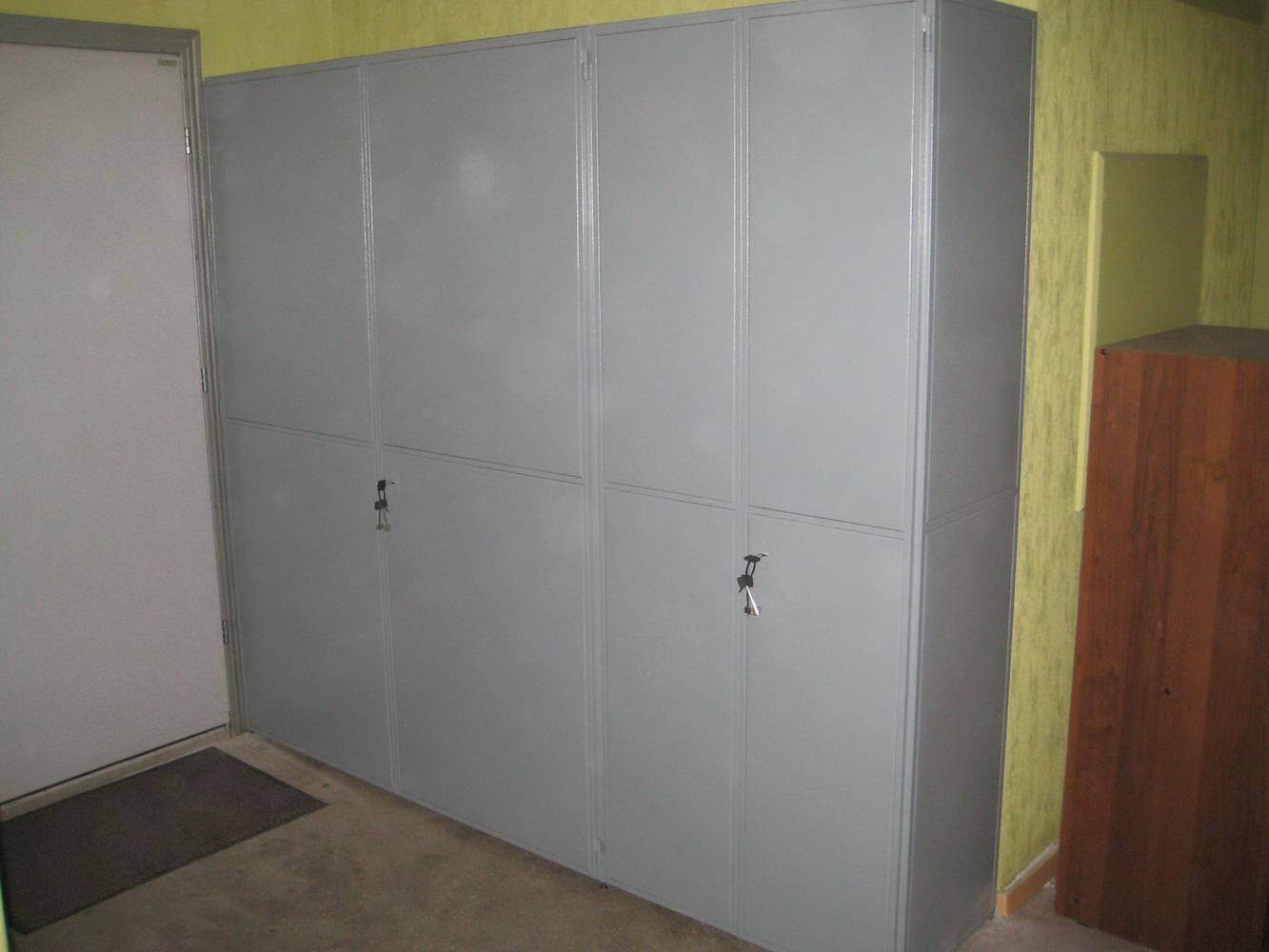Шкафы на лестничной площадке