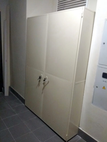 металлический шкаф для одежды, металлический шкаф для одежды купить, шкаф, шкаф для одежды, шкаф на лестничную площадку, шкаф под лестницей, шкаф под лестницей в частном доме, шкафы в лестнице фото, встроенный шкаф под лестницей